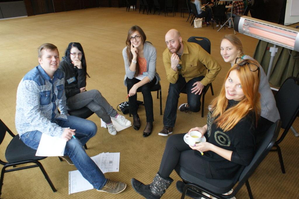 Noored koos juhendajaga arutavad, kuidas ja milliseid tegevusi planeerida noortevahetuse ajaks.