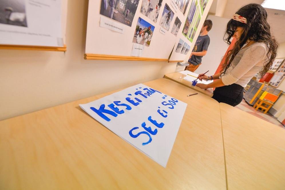 Pildil aitab Pilar Tallinna Puuetega Inimeste Kojal ette valmistuda tööhõivereformi vastaseks meeleavalduseks.